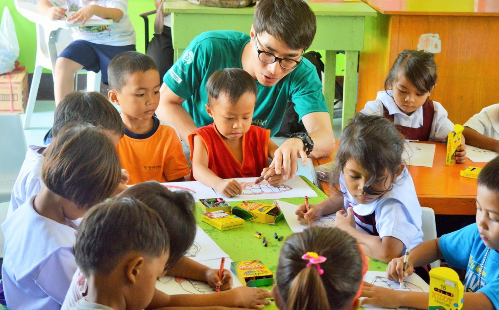 フィリピンの幼稚園で保健衛生指導にあたるチャイルドケアボランティア